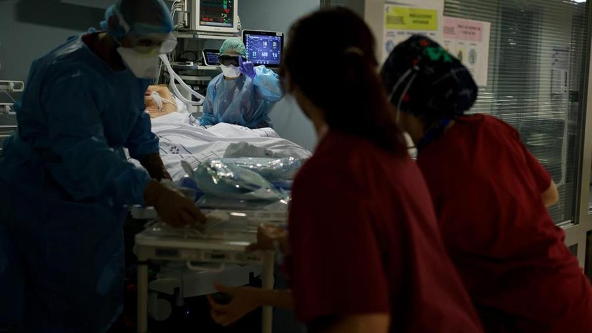 Paciente con COVID, siendo atendido en la UCI del Hospital Nuestra Señora de la Candelaria, en Tenerife