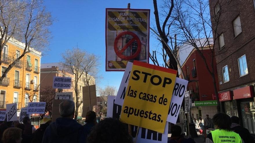 """Un centenar de vecinos de Latina exige el cierre de los locales de apuestas al grito de """"No es ocio, es un negocio"""""""