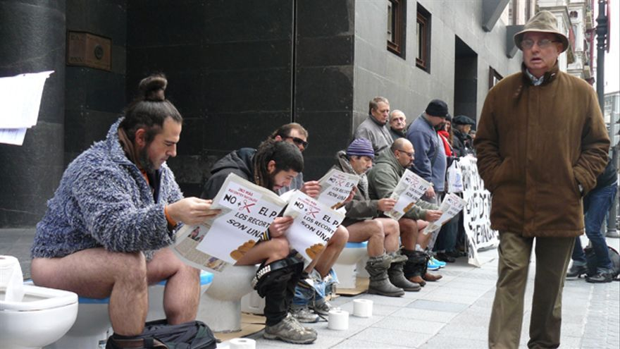Protestan contra los recortes sentados en retretes frente a Sabin Etxea. /G. A.