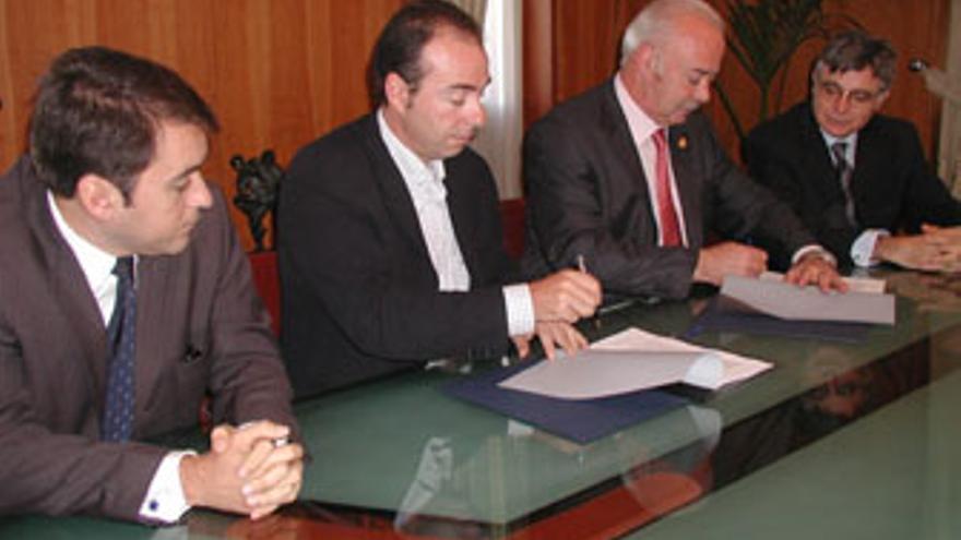 Bermúdez, Zerolo, Melchior y Parejo, en la firma del convenio Ayuntamiento-Cabildo del Plan de Infraestructuras de Las Teresitas, de 1 de diciembre de 2003.
