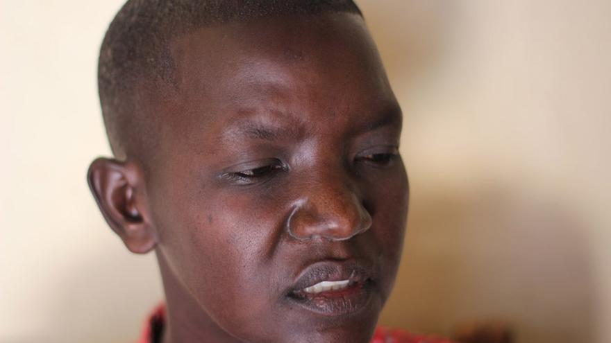 20 años después del genocidio y tan sólo 9 años desde que recobró su libertad, Laetitia no puede quitar el gesto de sufrimiento de su rostro/ Jon Cuesta