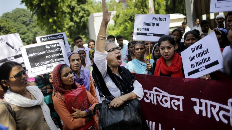 Un grupo de mujeres indias protesta en Nueva Delhi por las violaciones a mujeres // AP