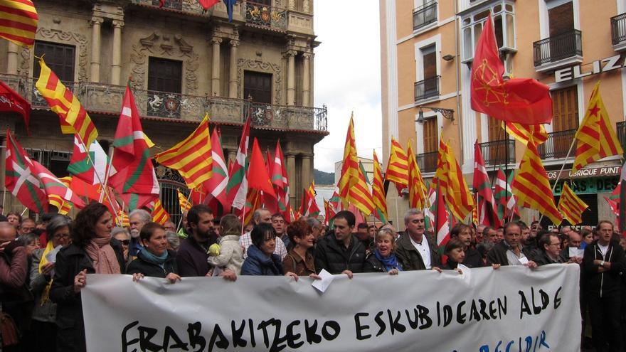 """EH Bildu, Geroa Bai, ELA y LAB se concentran en Pamplona en favor del """"derecho a decidir"""" de Cataluña"""