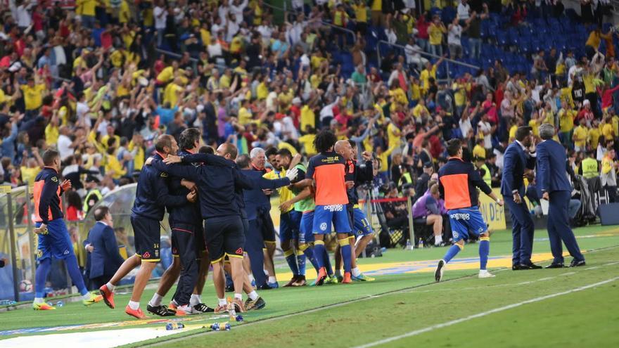 La afición amarilla celebra el gol de la UD. (ALEJANDRO RAMOS)