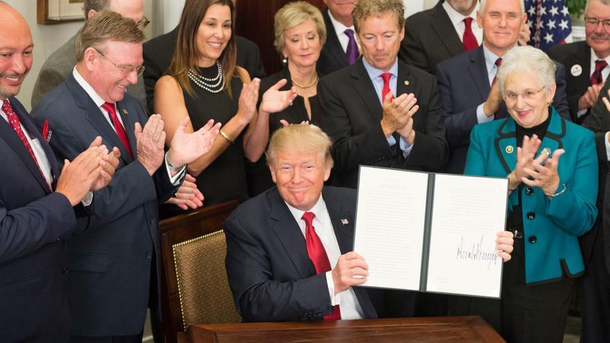 Trump en la firma de un decreto sobre el sector sanitario en octubre de 2017.
