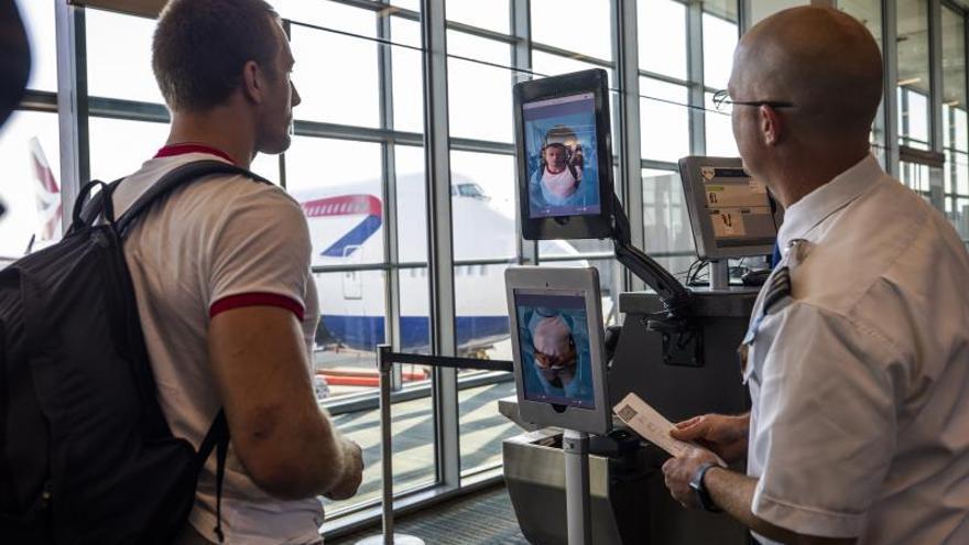 Terminal de reconocimiento facial biométrico en el Aeropuerto Internacional de Dulles, Virginia (EE.UU.).