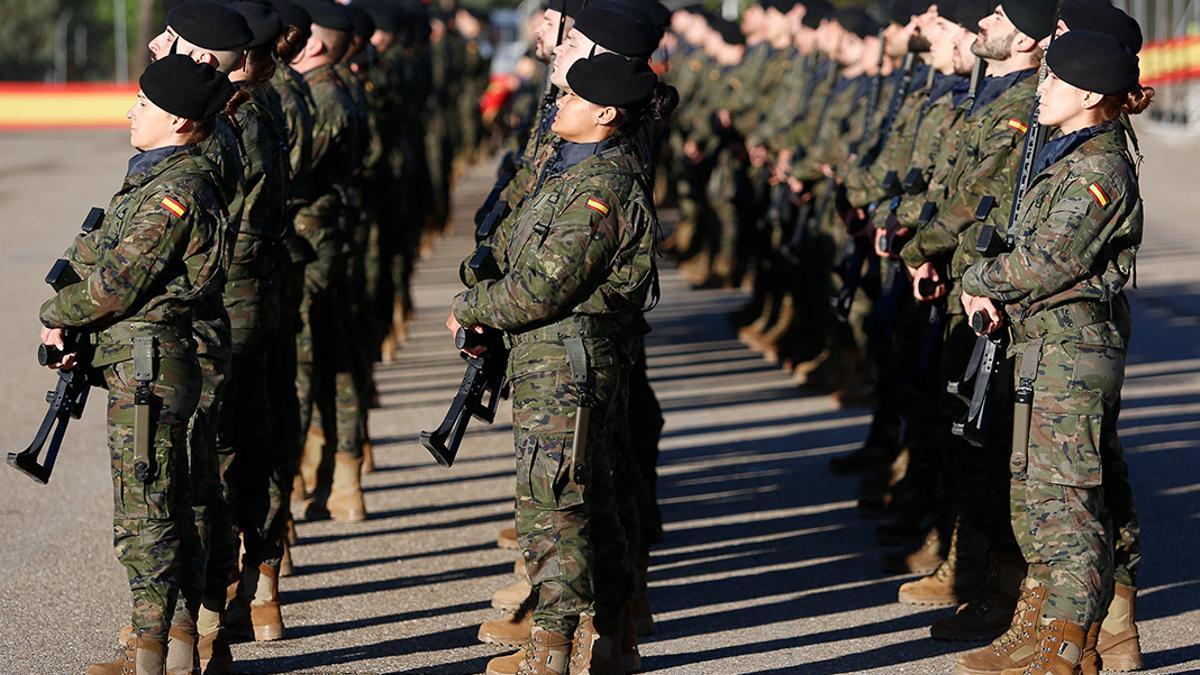 Militares en la base de Cerro Muriano.