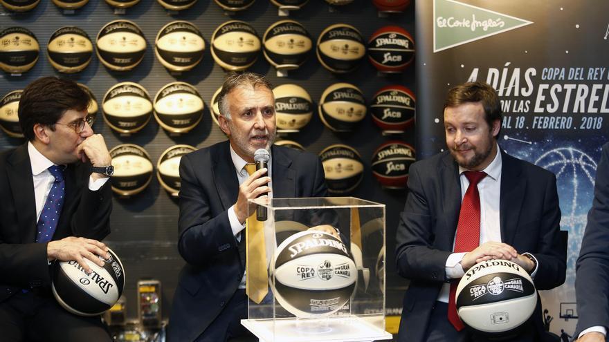 Presentación del balón de la Copa del Rey de Baloncesto. En el centro,el consejero de Deportes del Cabildo de Gran Canaria, Ángel Víctor Torres