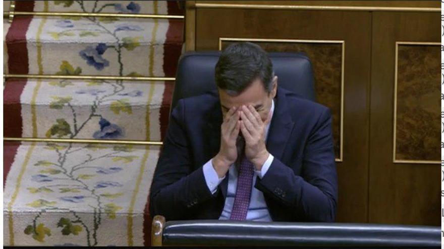 Pedro Sánchez se muere de risa al escuchar a Arrimadas decir que el PSOE y Podemos perdieron muchos votos en las elecciones.