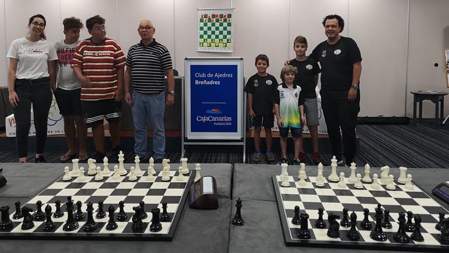 Los participantes junto al Gran Maestro Bojan Kurajica.
