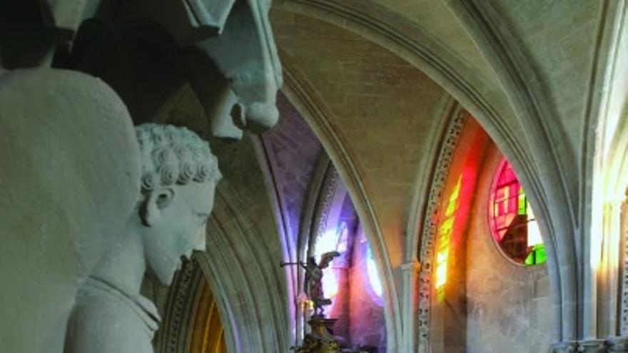Nave central de la catedral de Cuenca con la luz que entra a través de las vidrieras