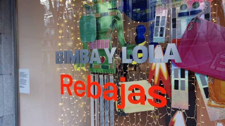 Archivo - Rebajas en un comercio de Bilbao.