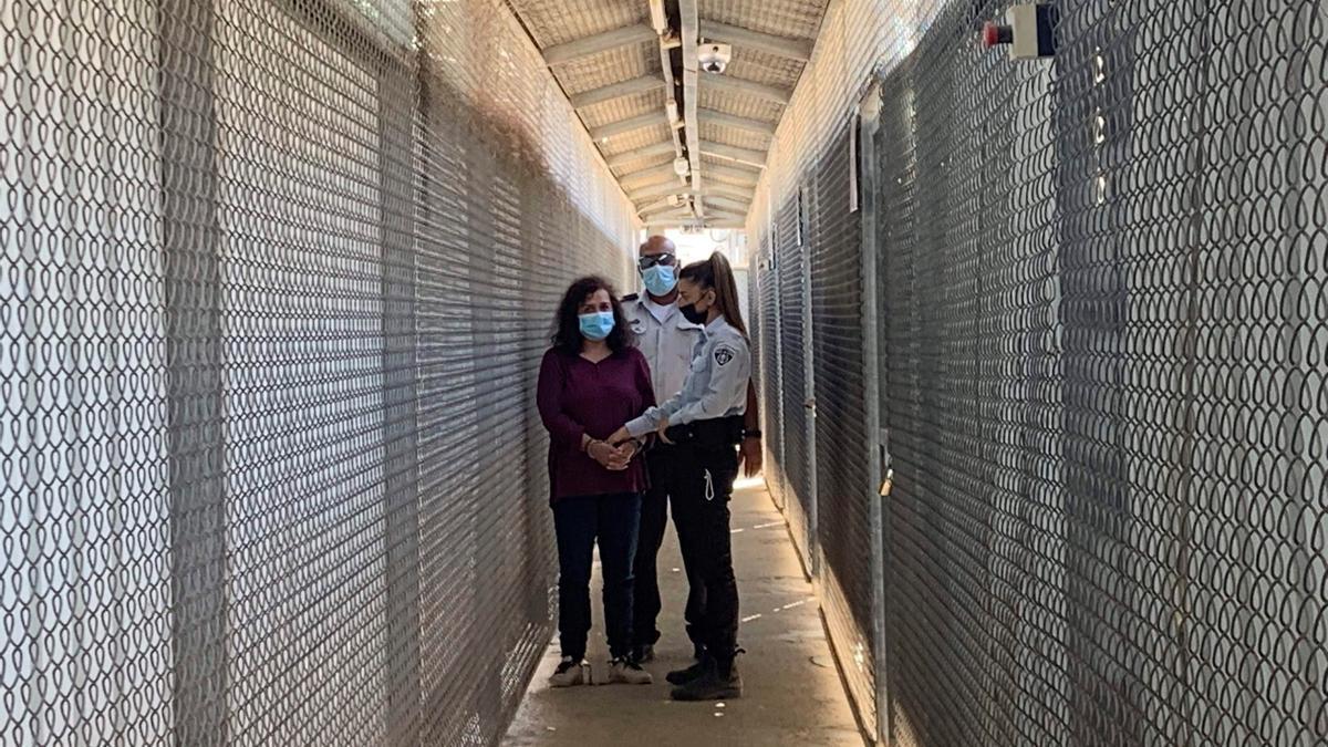 La trabajadora humanitaria española Juana Ruiz Sánchez es trasladada, esposada de pies y manos, en la prisión israelí de Ofer, en Cisjordania.