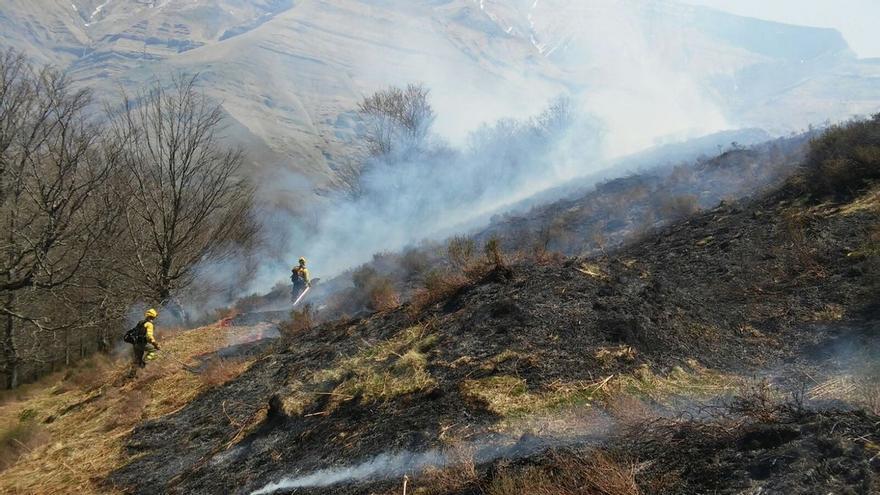 Sofocado un pequeño incendio forestal en Ibio que afectó a matorral