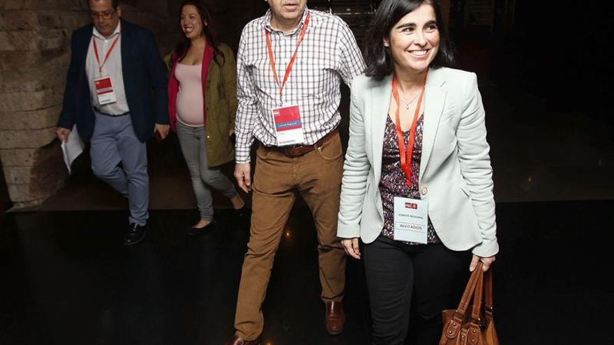 La candidata del PSOE a la Presidencia del Gobierno de Canarias, Patricia Hernández (i), y la dirigente de este partido Carolina Darias (d) a su llegada a la reunión extraordinaria del comité regional del partido. EFE/Elvira Urquijo A.