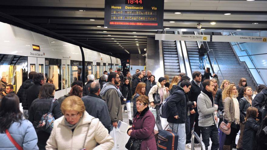 Usuarios del metro en una de las estaciones de FGV
