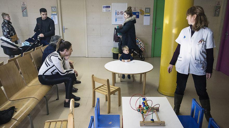 Una enfermera llama a un paciente en un Centro de Atención Primaria en Barcelona. / ROBERT BONET