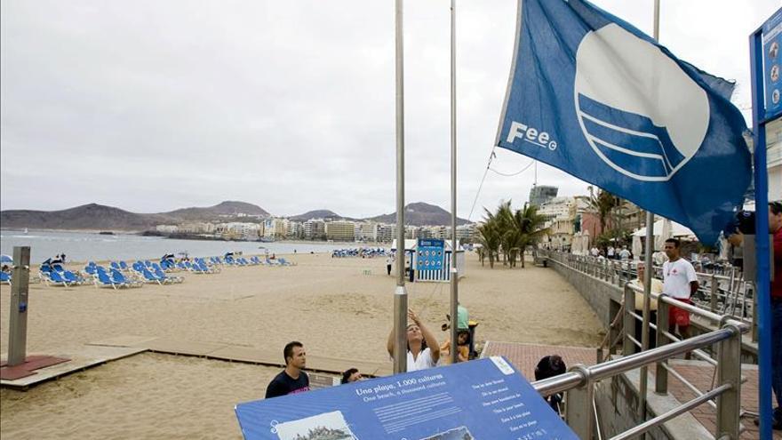 Bandera azul en la playa de Las Canteras.