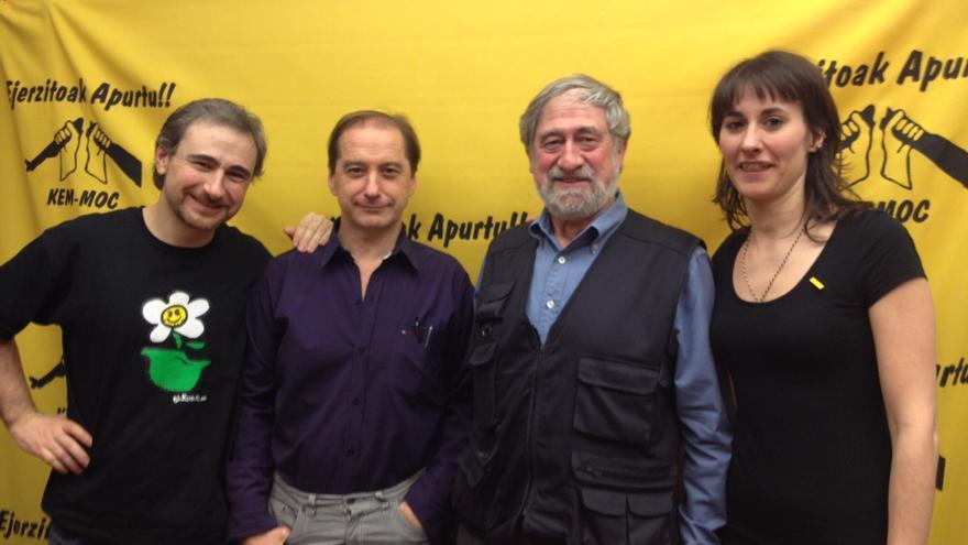 Alberto Estefanía, Carlos Martín Beristain, Pepe Beunza y la moderadora de la charla y militante del MOC. /EDN