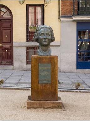 El monumento a Clara Campoamor, antes de ser vandalizado