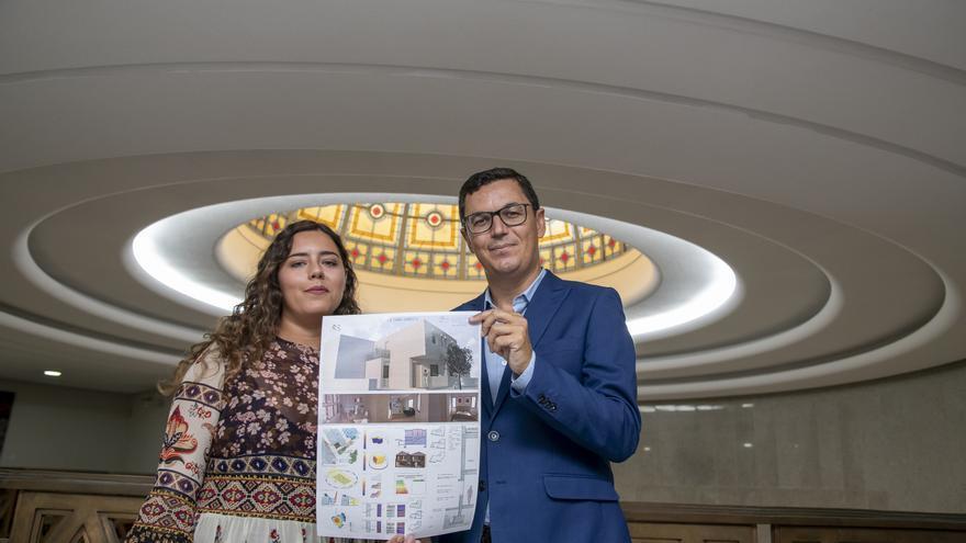 Pablo Rodríguez con la estudiante Paula Fleitas, ganadora de la segunda edición del 'Premio de Construcción Sostenible en Hormigón'.