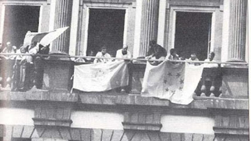 La plana mayor de UPC en el balcón del Ayuntamiento