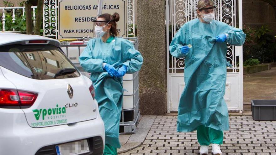Dos enfermeras de un centro médico en Galicia acuden a una residencia de ancianos