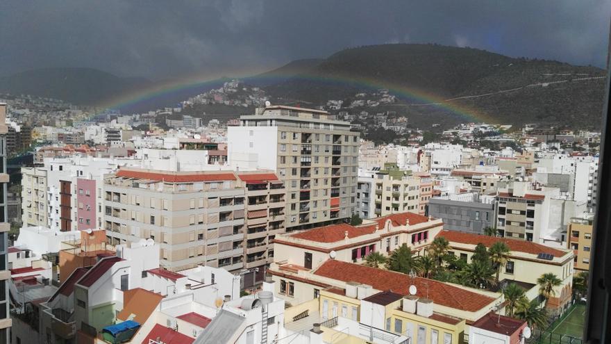 El acoíris florece en el centro urbano de Santa Cruz de Tenerife
