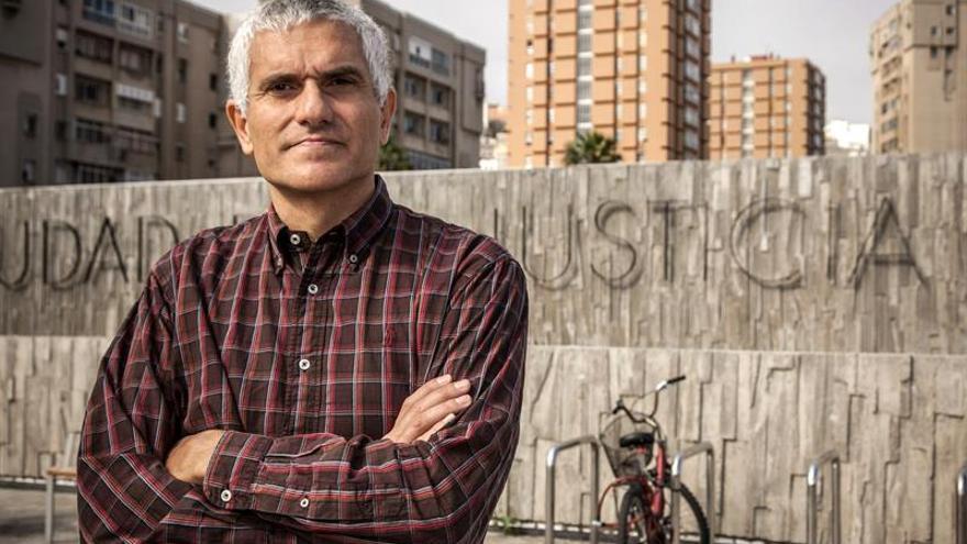Rafael Martín Sánchez, de 45 años y militante de la Federación Española de Naturismo, delante de la Ciudad de la Justicia donde se ha presentado para ingresar en prisión. (EFE/Ángel Medina G.).
