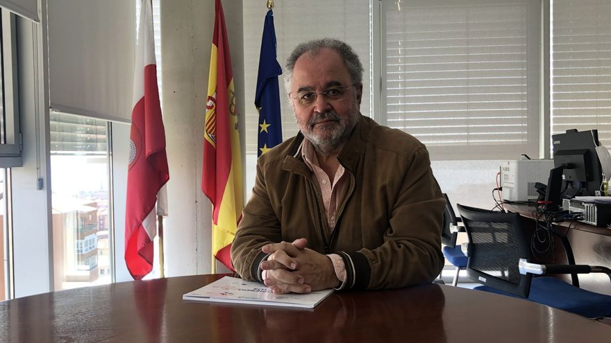 El director general de Políticas Sociales del Gobierno de Cantabria, Julio Soto, en su despacho.