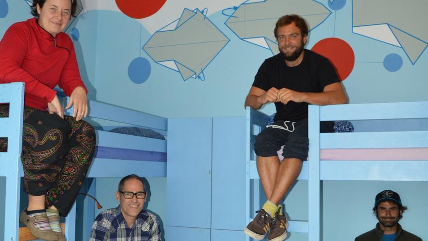Beáta, Carlos, Thomas y Manuel, en las literas del Big Fish Hostel. Iago Otero.