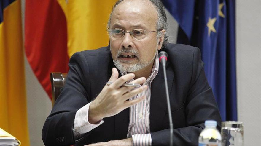 El experto Augusto Brito durante su intervención en la comisión del Parlamento de Canarias que estudia la reforma del sistema electoral. EFE/Cristóbal García