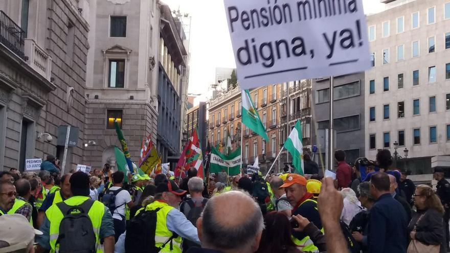 Los pensionistas llegados desde Rota (Cádiz) y Bilbao en defensa del sistema público de pensiones se dirigen al Congreso para dejar sus botas.