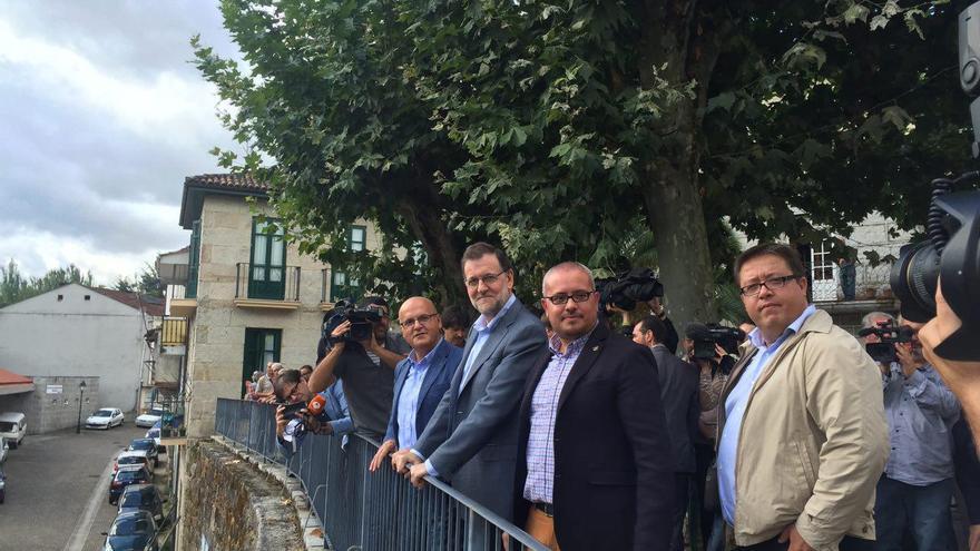 Rajoy posa junto al presidente de la Diputación de Ourense en un acto de campaña de las elecciones gallegas.