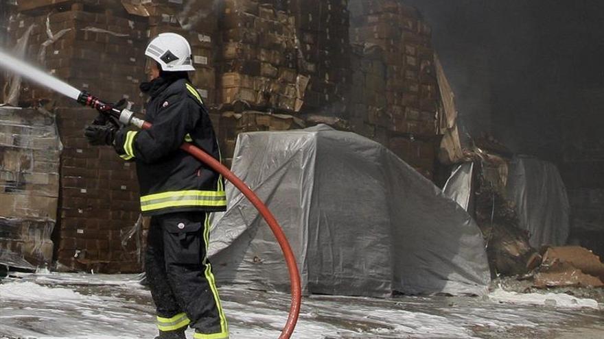 Incendio, ya controlado, en dos naves de tratamiento de neumáticos en Toledo