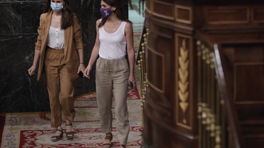 La ministra de Derechos Sociales y secretaria general de Unidas Podemos, Ione Belara (i), y la ministra de Igualdad, Irene Montero (d), a su llegada a una sesión de control al Gobierno en el Congreso, a 30 de junio de 2021, en Madrid, (España).