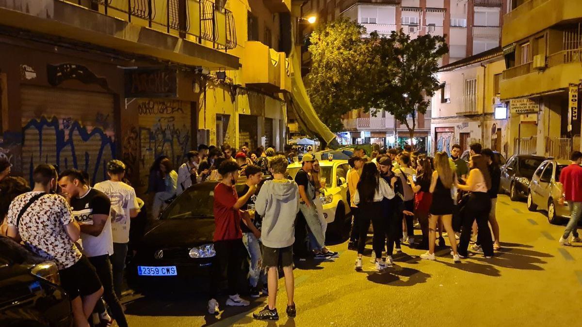 Jóvenes en una calle de Granada en la primera noche sin toque de queda.