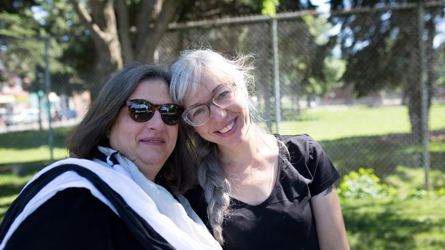 Terry Dellaportas y Elizabeth Bromstein en Alexandra Park, Toronto// Stephanie Foden/Amnesty International