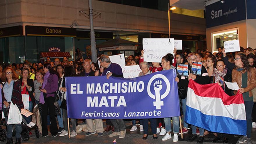 Concentración feminista en la calle Real de Arrecife.