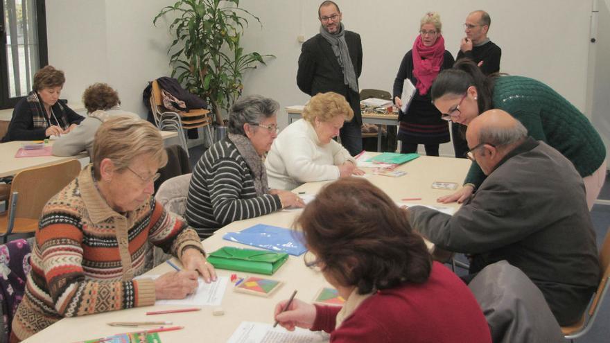 Una imagen de un taller. de personas mayores.