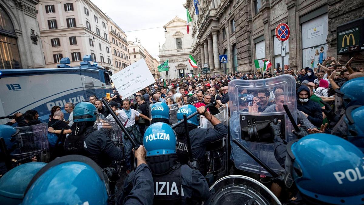 Choques en manifestación contra el pasaporte sanitario en Roma