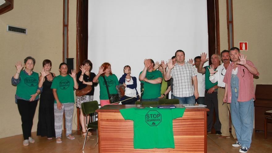 Miembros de la PAH reclaman a los partidos que acepten sus cinco propuestas en materia de desahucios.