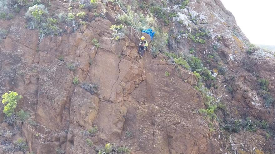 Los trabajos verticales de saneamiento y consolidación del Risco de La Concepción (en la imagen) se realizan a unos 120 metros de altura. J.G.
