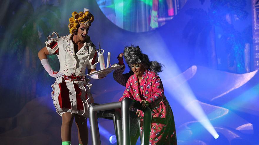 Drag La K'Mona con un diseño de Grimanessa Durcal y Yacira Jurado.