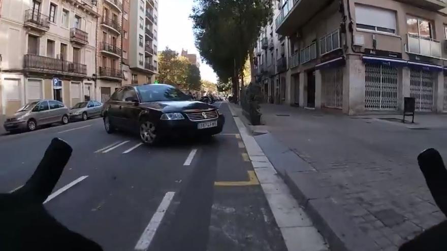 El peligro al que se someten los ciclistas en vías urbanas retratado con una cámara en el casco