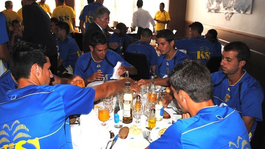 Los gemelos Suarez, David González y Vicente Gómez a punto de empezar a comer