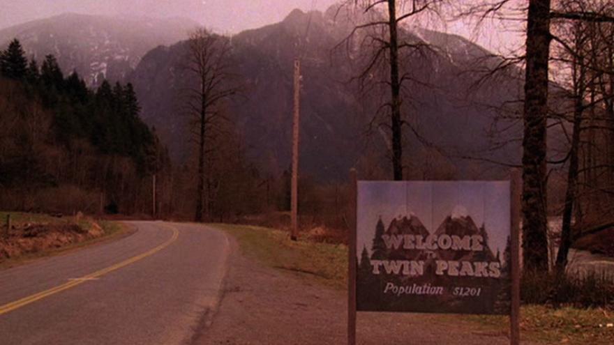 Cartel que da la bienvenida a Twin Peaks