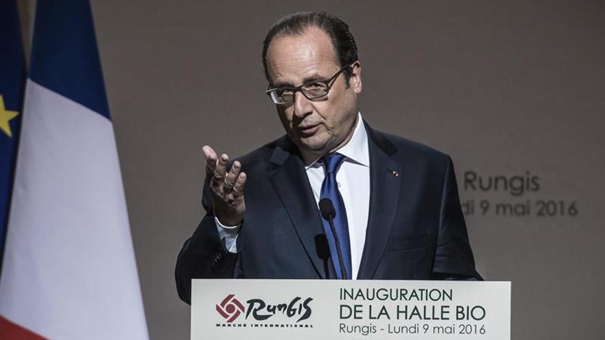 Hollande defiende la reforma laboral y pide verla como un avance