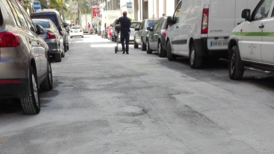 Una calle de la ciudad con restos de polvo.