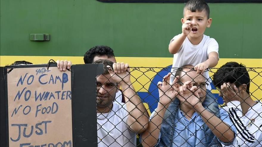 Mujeres y niños ahora son la mitad de refugiados que llegan a Macedonia